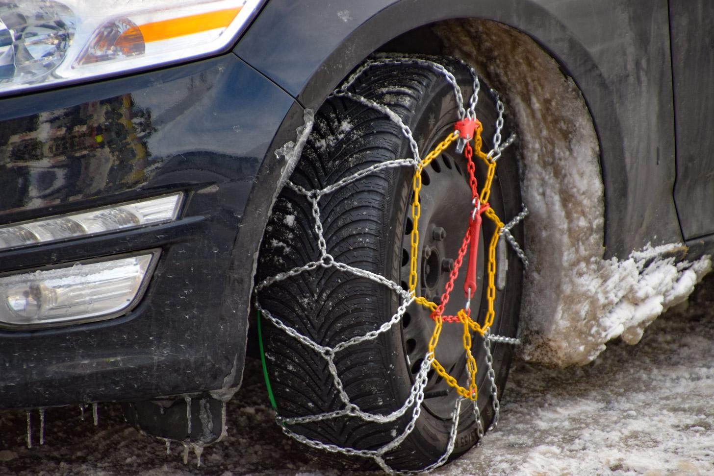 Sneeuwketting om een wiel