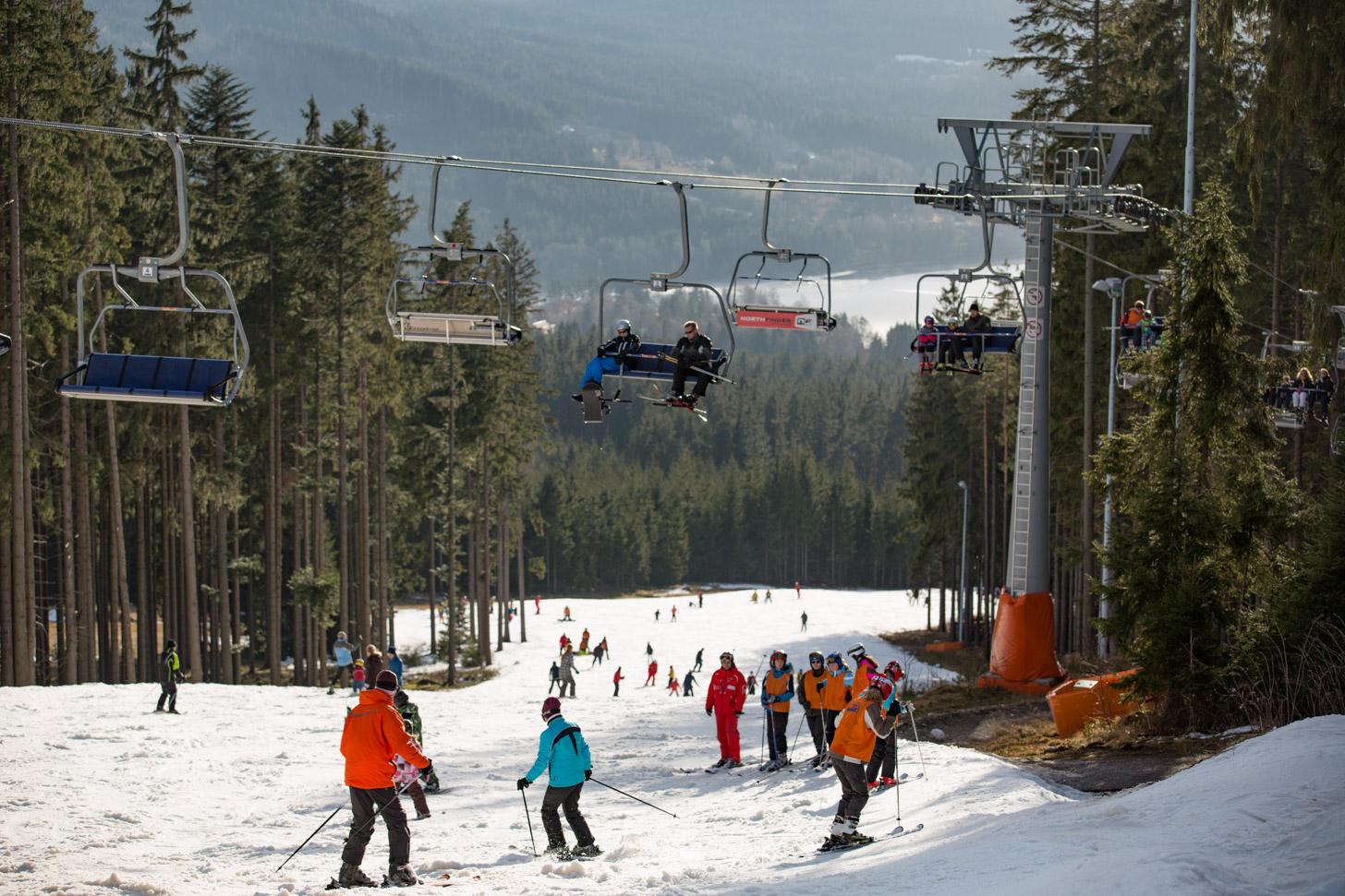 Blauwe piste aan het Lipnomeer in Tsjechië